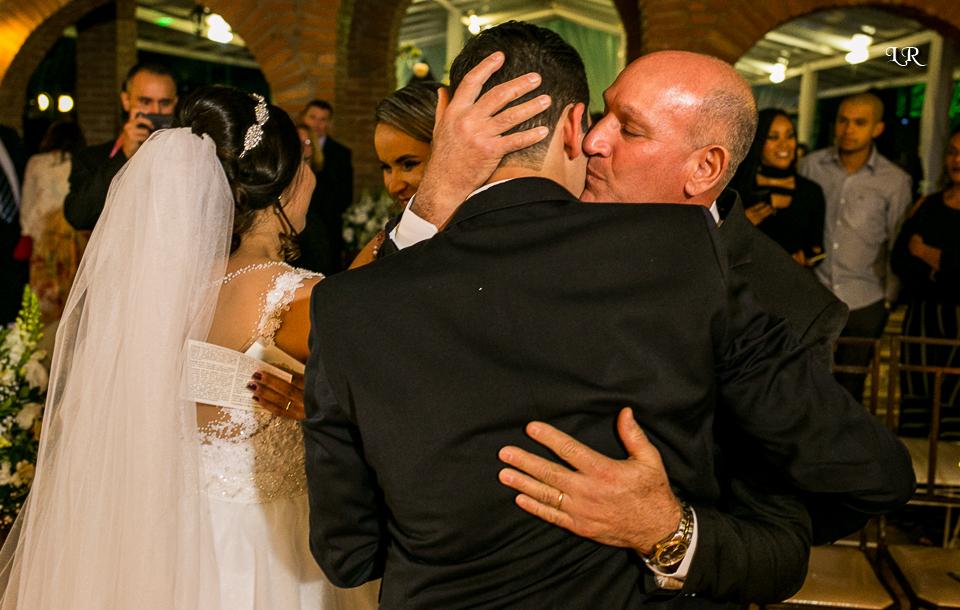 noivo abraçando o pai e noiva cumprimentando a mãe do noivo