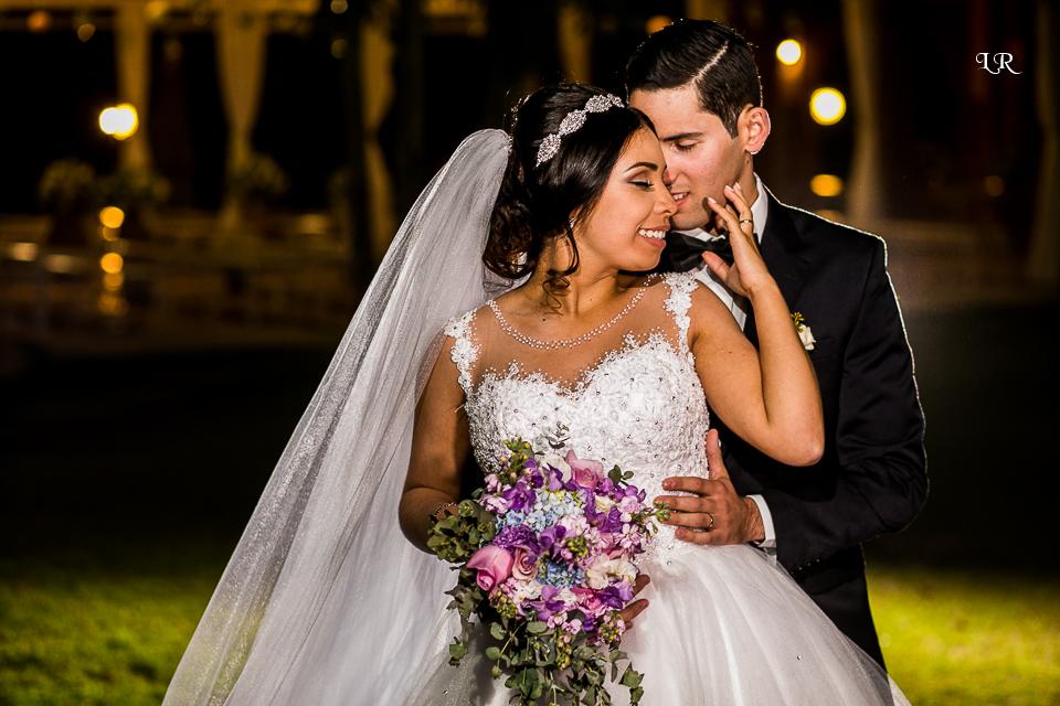 ensaio dos noivos apos a cerimonia, noivo abraçando a noiva por trás, noiva com a mão no rosto do noivo de olhos fechados