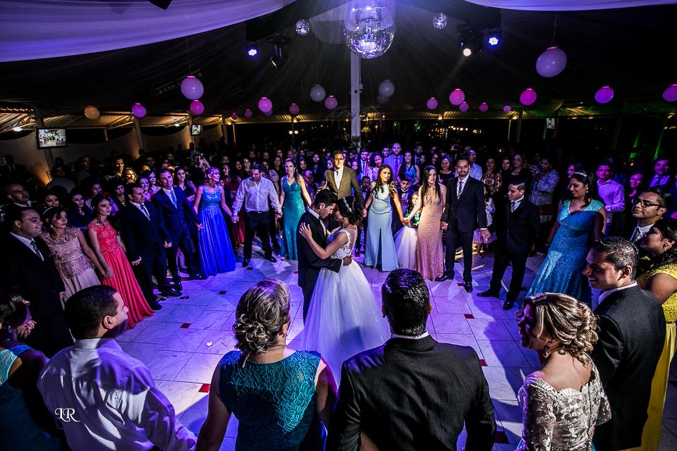 padrinhos e convidados fazem uma roda para noivos dançar a valsa