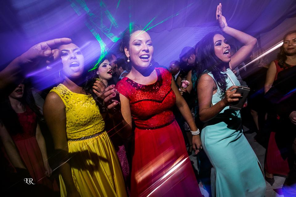 convidados dançando e curtindo na balada