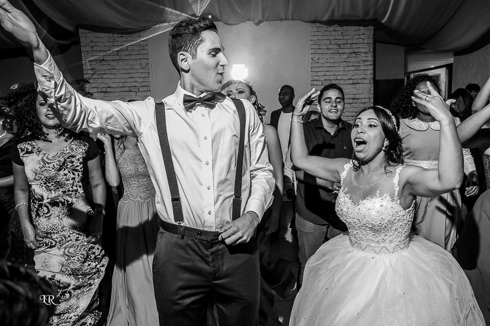 noivos e convidados dançando na festa