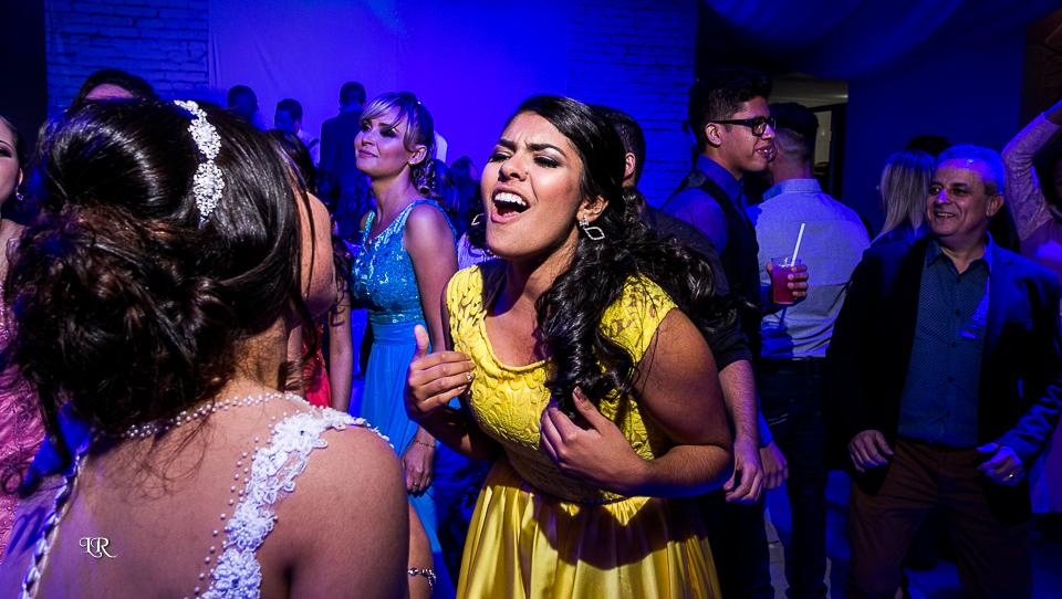 noiva e madrinha cantando e dançando na festa