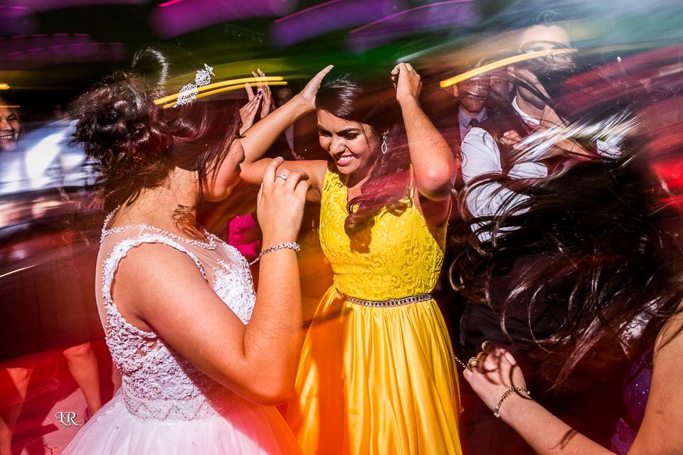 noiva e madrinha agitando a festa do casamento