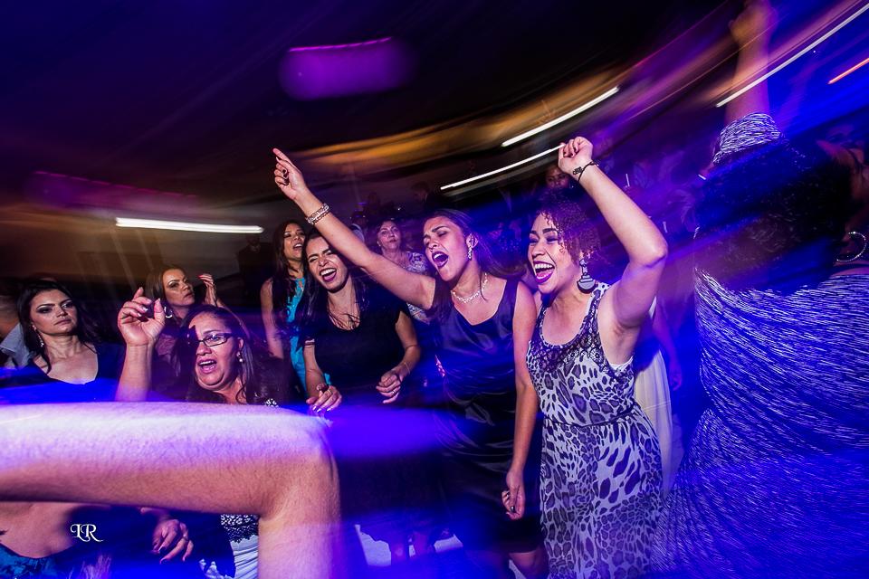 convidados alegres e dançando na festa do casamento