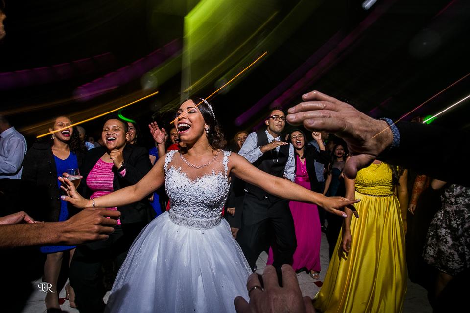 noiva dançando junto com os convidado na balada do casamento