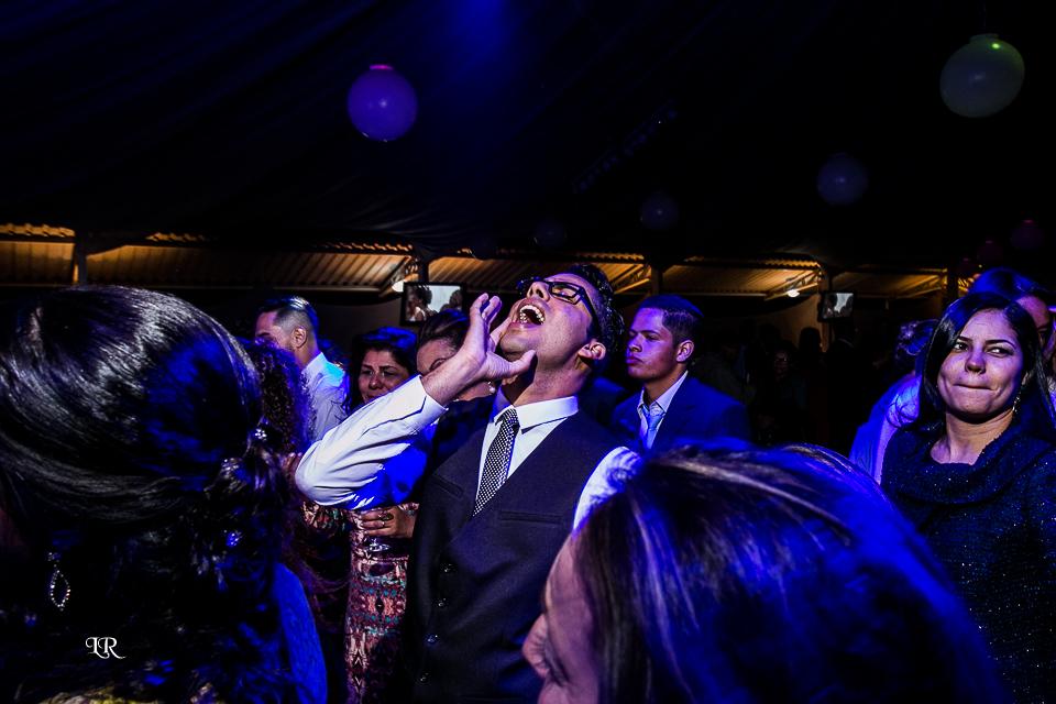 padrinha gritando na festa do casamento junto com os convidados