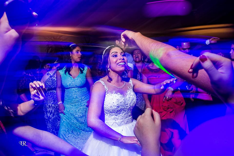 noiva alegre com convidados na pista de dança