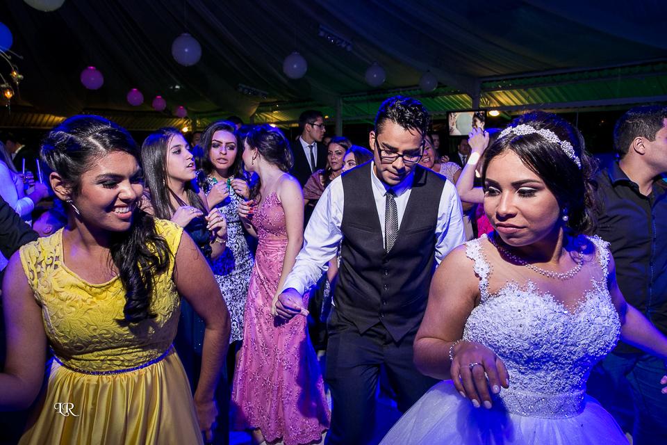 noiva dançando junto com os padrinhos na pista de dança