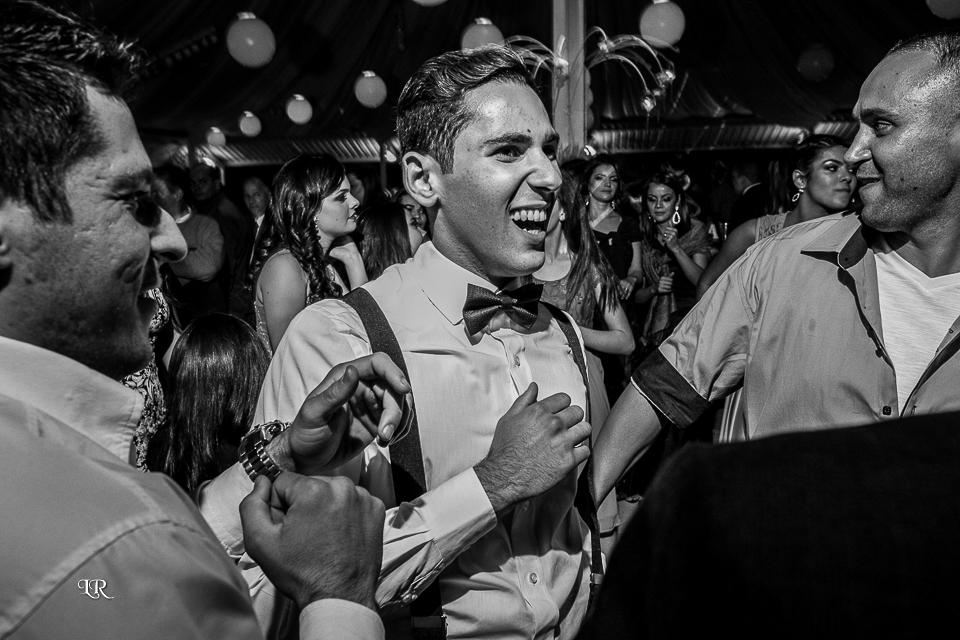 noivo dançando na festa junto com os convidados e padrinhos