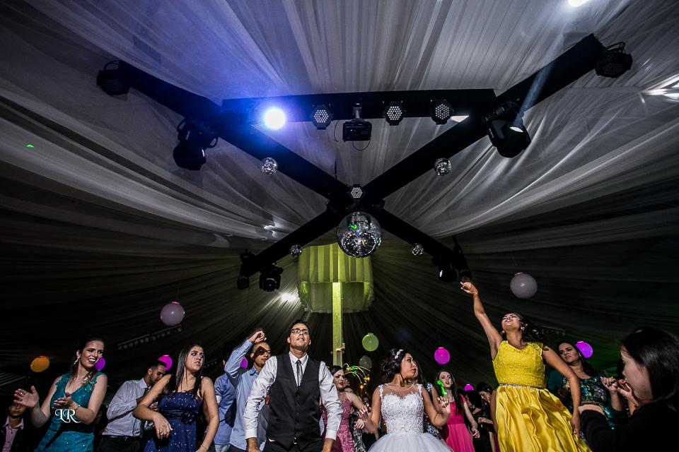 noiva e padrinhos dançando na frente do palco da festa