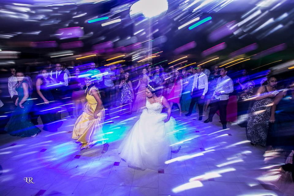 noiva dançando na pista da festa com a madrinha