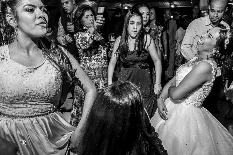 noiva dando risada com madrinhas e convidados na pista de dança