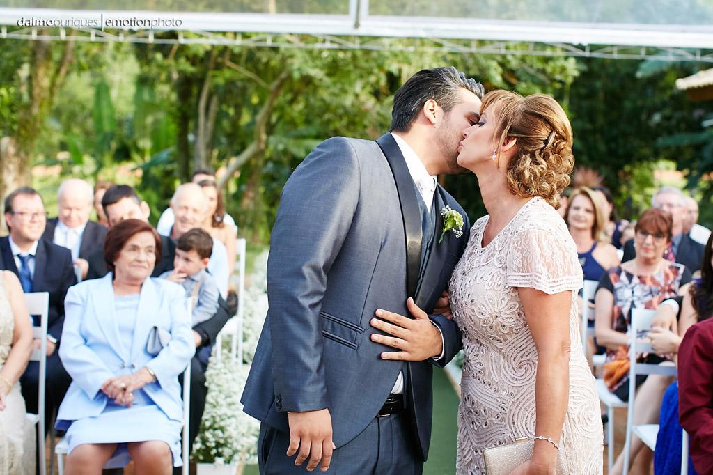 Cerimônia de Casamento, Estância Biguaçu, Casamento ao ar livre, noivo e mãe; Fotografia de casamento em Florianópolis