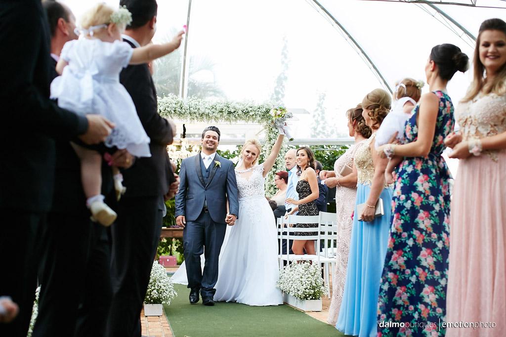 Cerimônia de Casamento, Estância Biguaçu, Casamento ao ar livre, saída dos noivos; Fotografia de casamento em Florianópolis