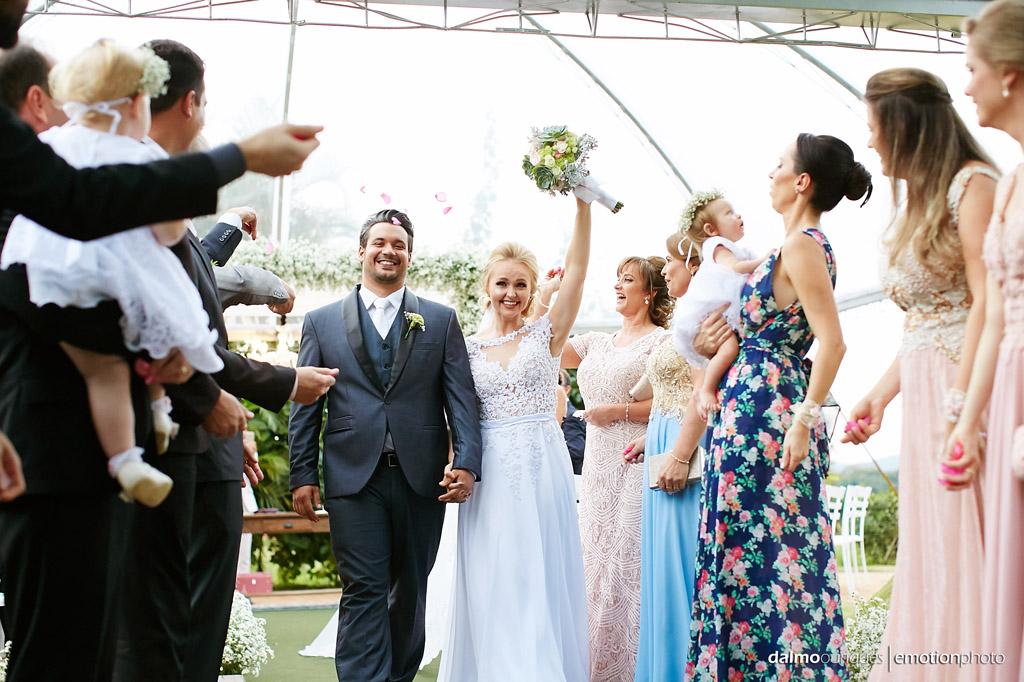 Cerimônia de Casamento, Estância Biguaçu, Casamento ao ar livre, saída dos noivos; Fotógrafo de casamento em Florianópolis