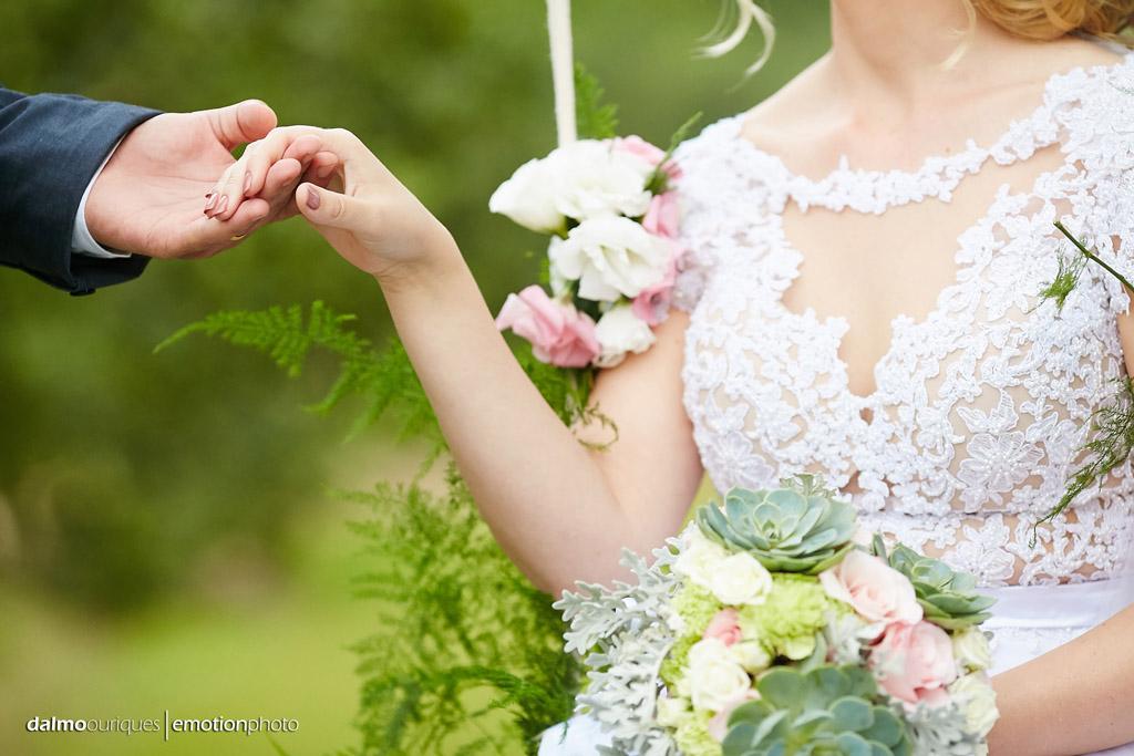 Cerimônia de Casamento, Estância Biguaçu, Ensaio de Casamento, detalhes do vestido da noiva; Fotógrafo de casamento em Florianópolis