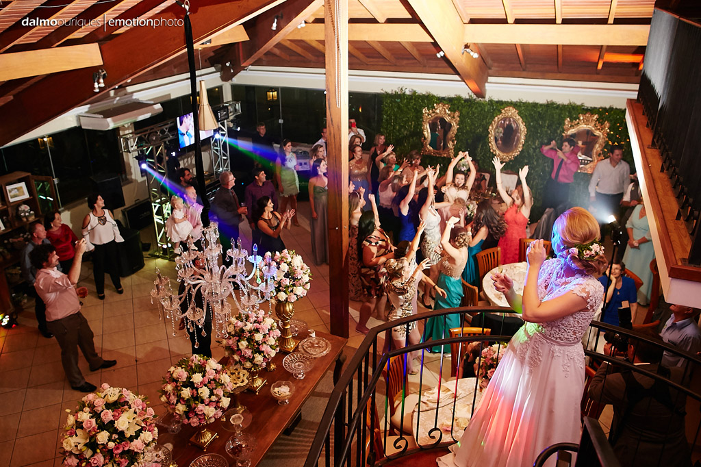 Cerimônia de Casamento, Estância Biguaçu, Noiva jogando Bouquet; Fotógrafo de casamento em Florianópolis