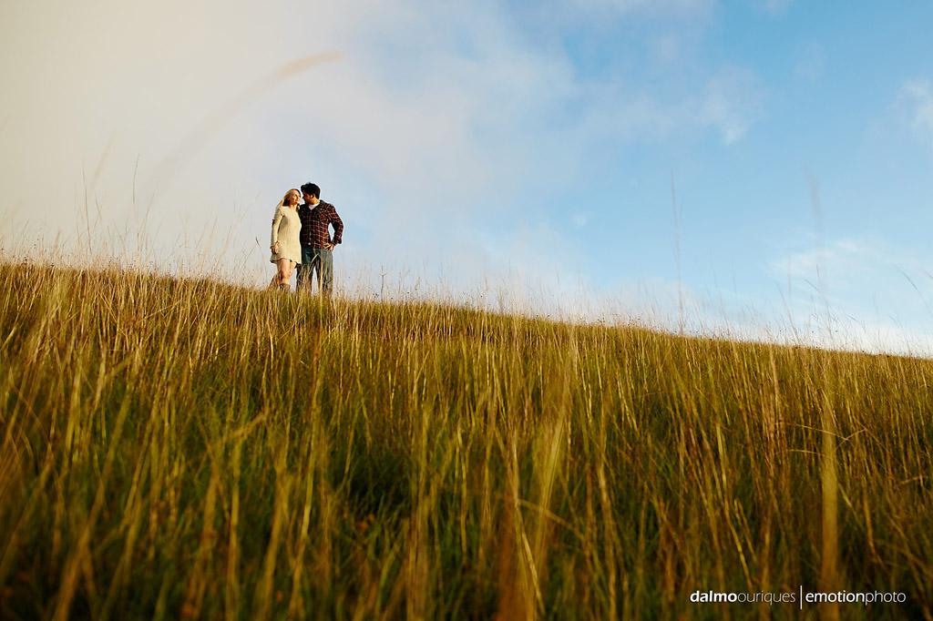 Pré Wedding; Fotos no campo; céu azul, fotografia de casal; fotógrafo Dalmo Ouriques