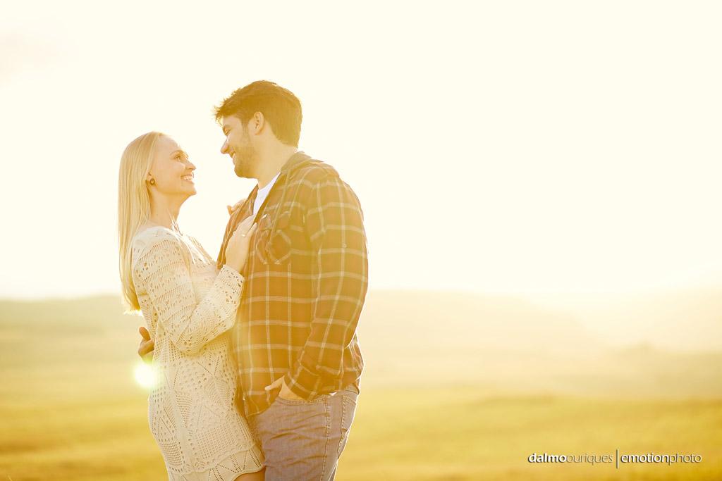 Ensaio de Casal; Fotos no campo; Por do Sol; fotografia de casal; fotógrafo Dalmo Ouriques