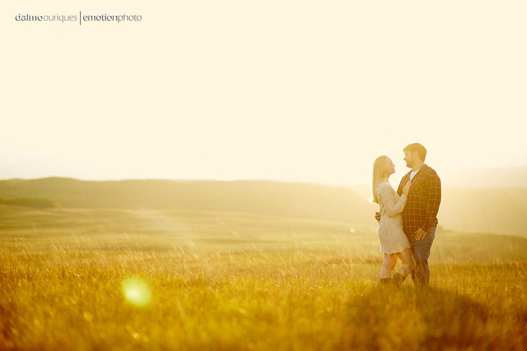 Ensaio de Casal; Fotos no campo; Ensaio no Por do Sol; fotografia de casal; fotógrafo Dalmo Ouriques
