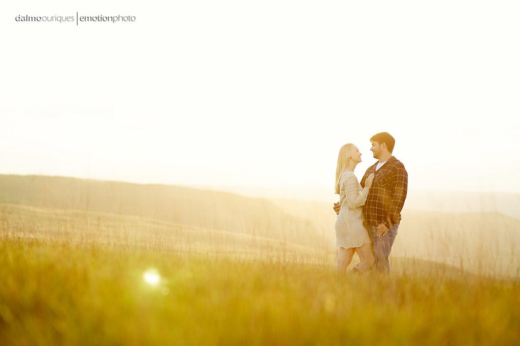 Pré Wedding no por do sol; Fotos no campo; céu azul, fotografia de casal; fotógrafo Dalmo Ouriques