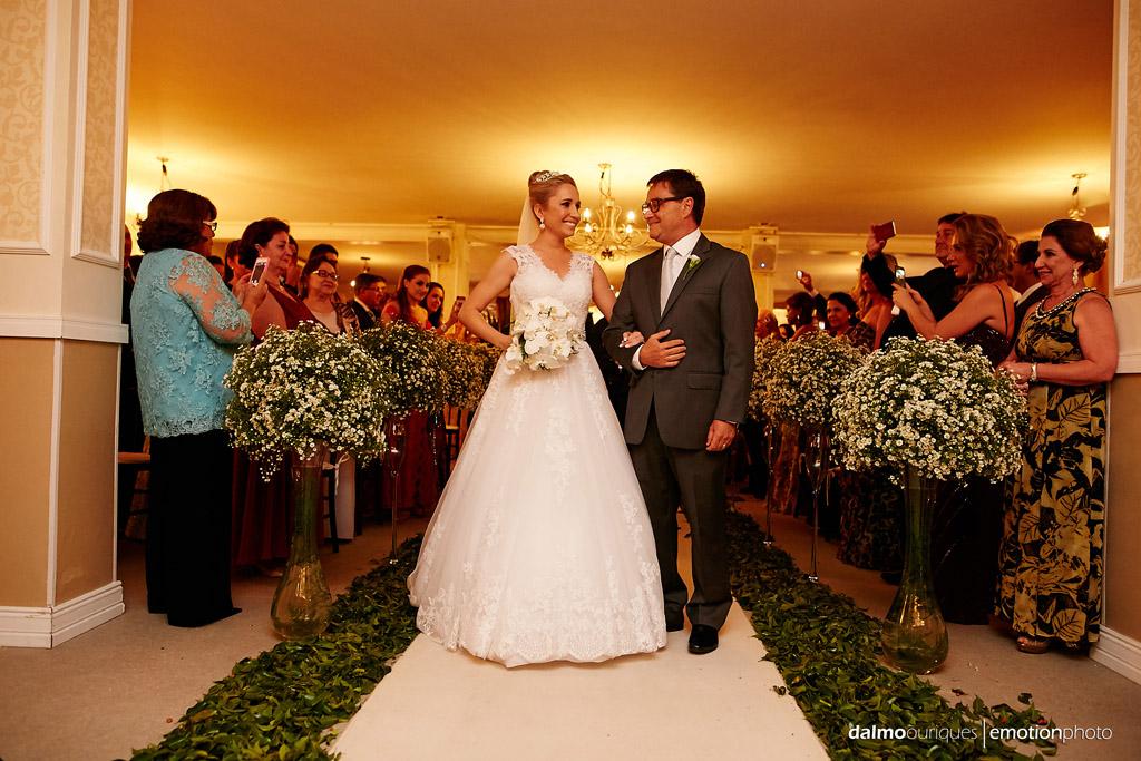 Fotógrafo de Casamento em Florianópolis;  Alameda Casa Rosa; Cerimônia de Casamento; olhar do pai; entrada da noiva