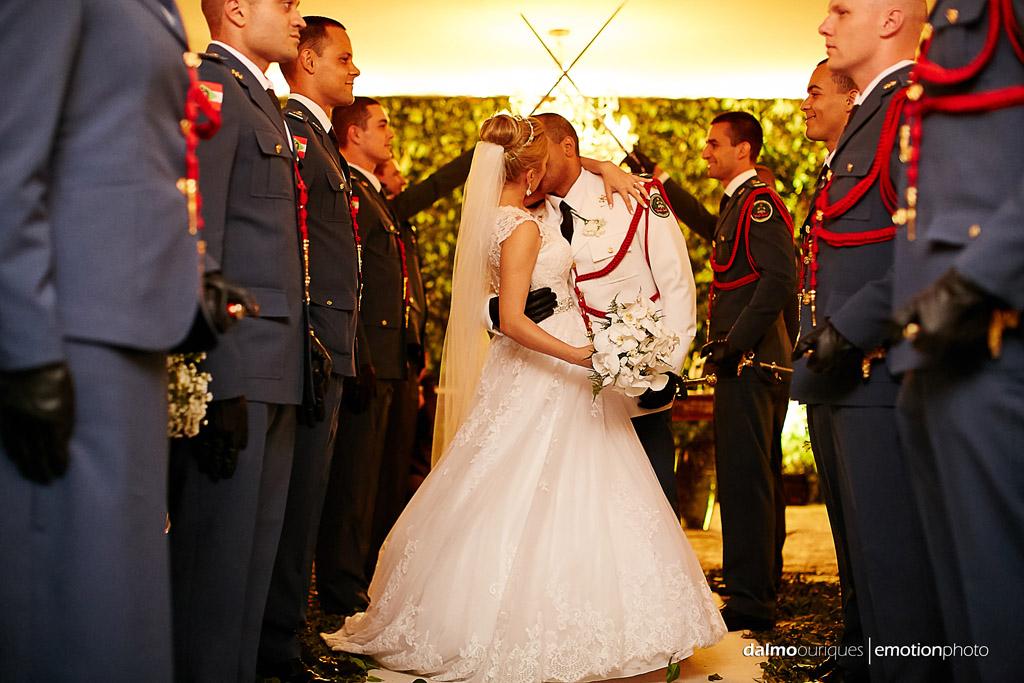 Fotografia de Casamento em Florianópolis; teto de aço; saída dos noivos