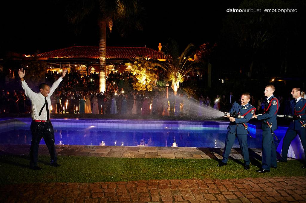 Fotógrafo de Casamento em Florianópolis;  Alameda Casa Rosa; sessão de fotos; ensaio de casal bombeiro molhando o noivo