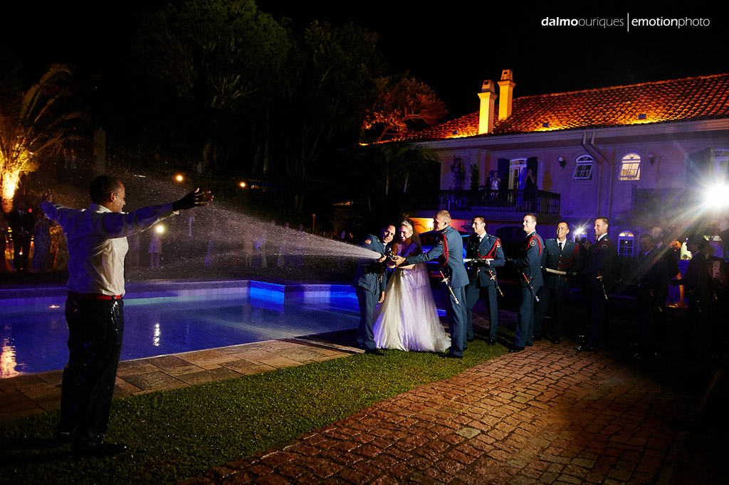 Fotografia de Casamento em Florianópolis;  Alameda Casa Rosa; sessão de fotos; ensaio de casal, noiva dando banho no noivo