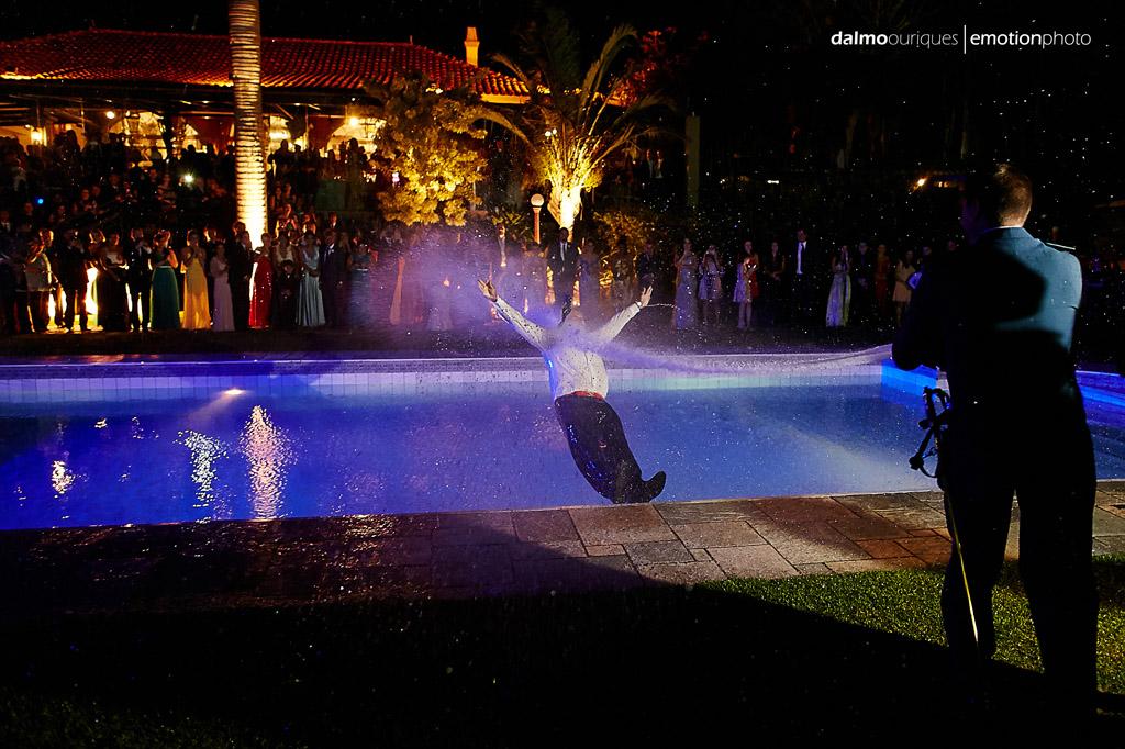 Fotografia de Casamento em Florianópolis;  Alameda Casa Rosa; sessão de fotos; ensaio de casal; noivo caindo na piscina