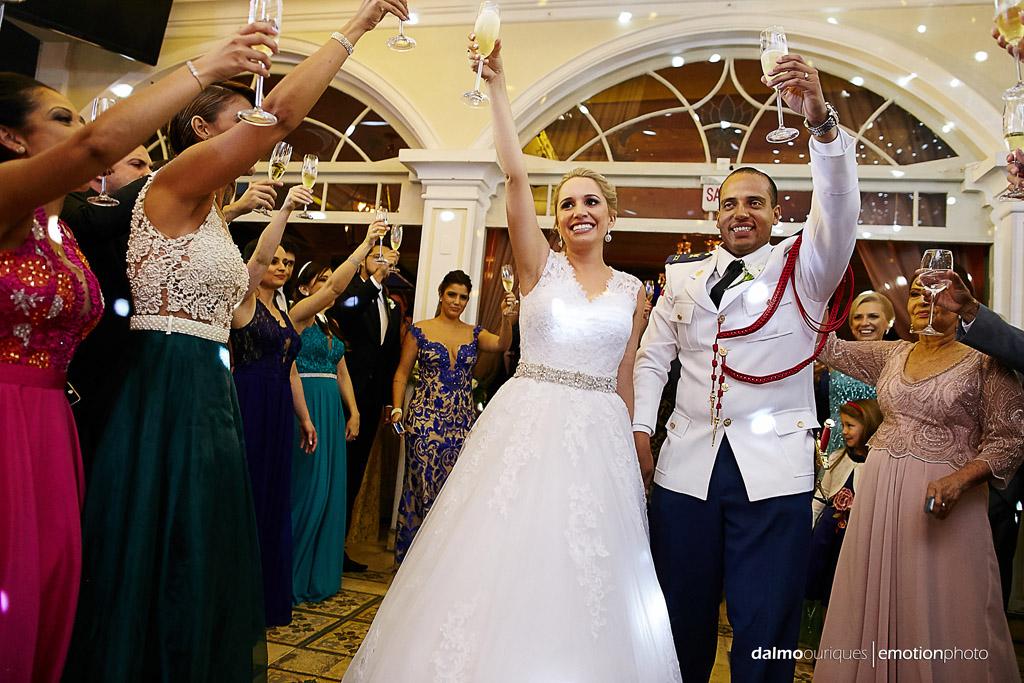 Fotógrafo de Casamento em Florianópolis; Festa de casamento; Alameda Casa Rosa, brinde dos noivos