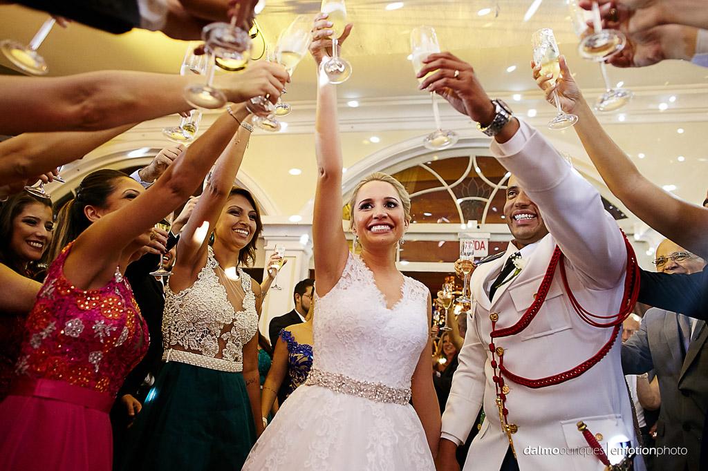 Fotografia de Casamento em Florianópolis; Festa de casamento; Alameda Casa Rosa, entrando na festa