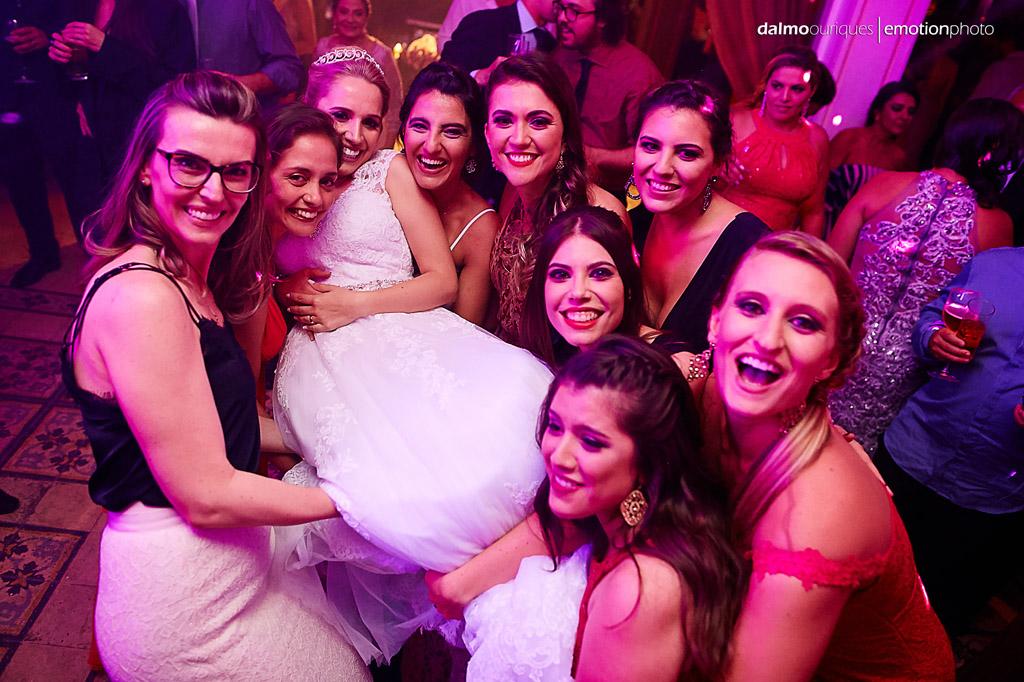 Fotógrafo de Casamento em Florianópolis; Festa de casamento; Alameda Casa Rosa, noiva no colo das amigas