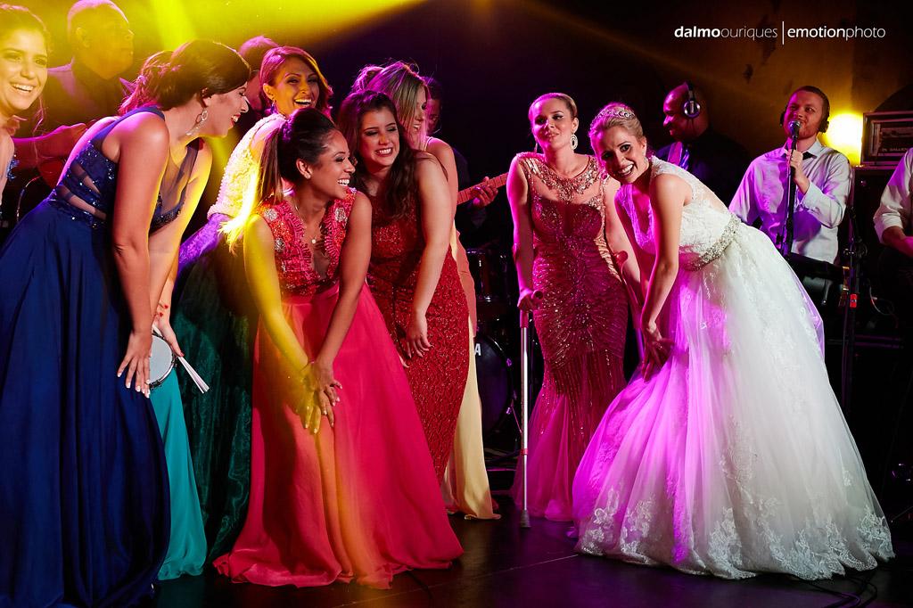 Fotógrafo de Casamento em Florianópolis; Festa de casamento; Alameda Casa Rosa; noiva e madrinhas dançando