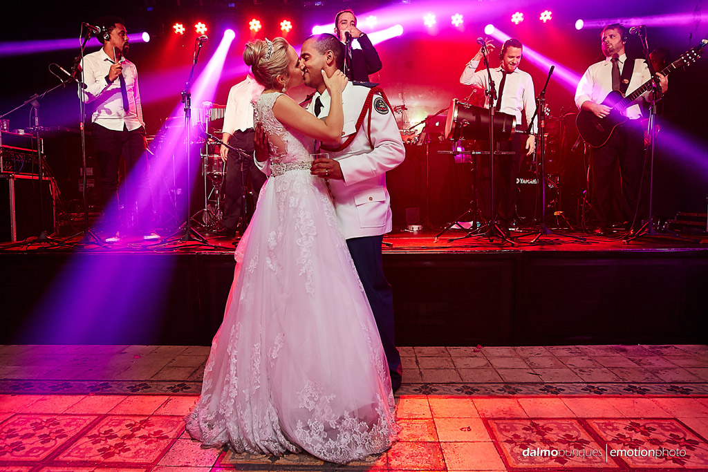 Fotografia de Casamento em Florianópolis; Festa de casamento; Noivos dançando; Alameda Casa Rosa