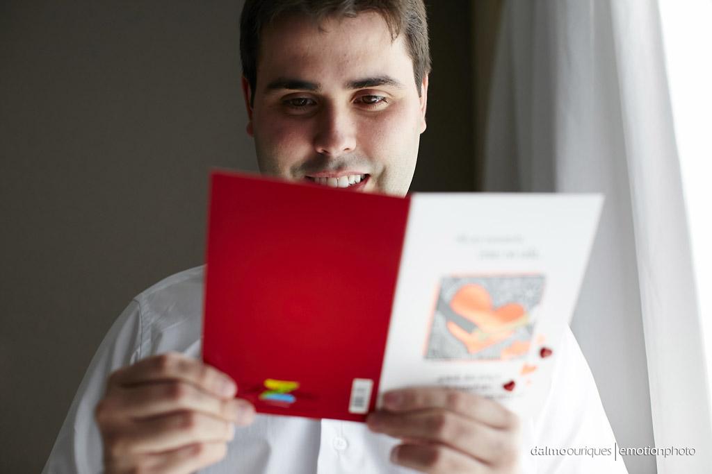 Making of do noivo; mandar carta no casamento; noivo feliz; fotografia de casamento; fotografia de casamento em Florianópolis