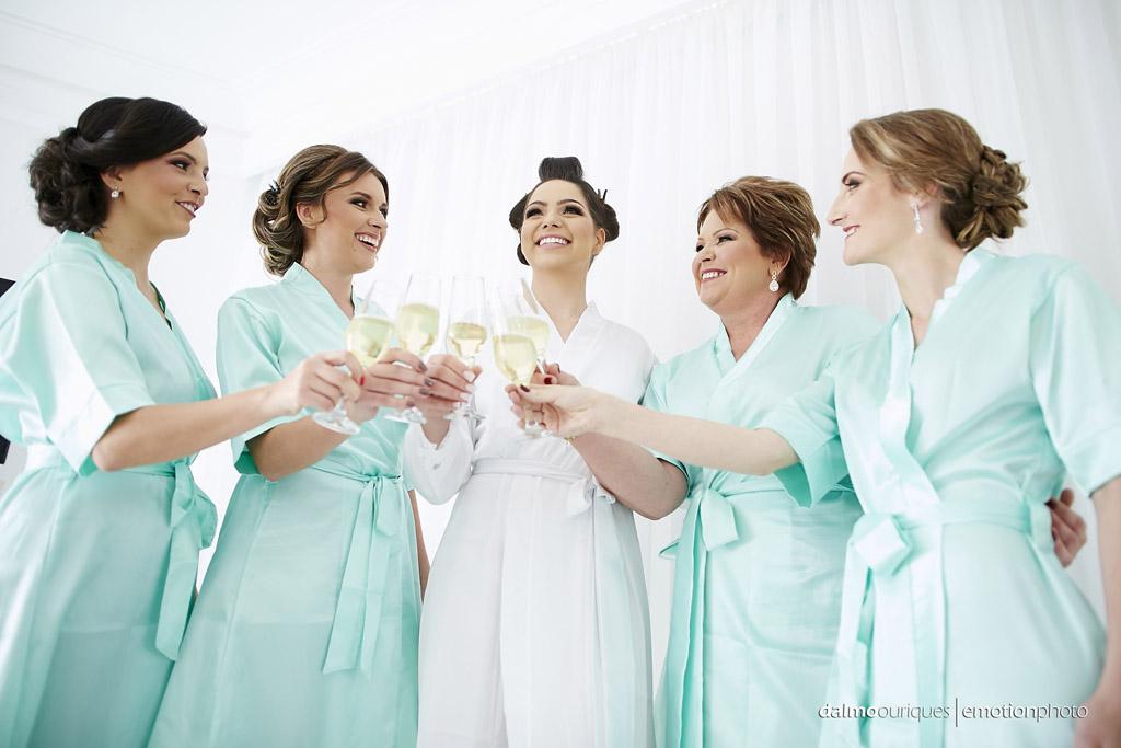 Making of da noiva; brinde com as madrinhas;  fotógrafo de casamento Florianópolis