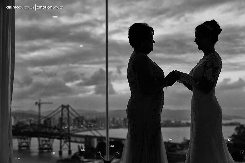 Making of da noiva; mãe e noiva; vista para ponte;  fotógrafo de casamento Florianópolis