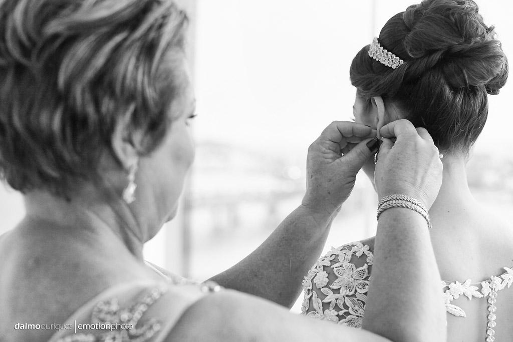 Making of da noiva; brinco na noiva; mãe e noiva; fotografia de casamento em Florianópolis