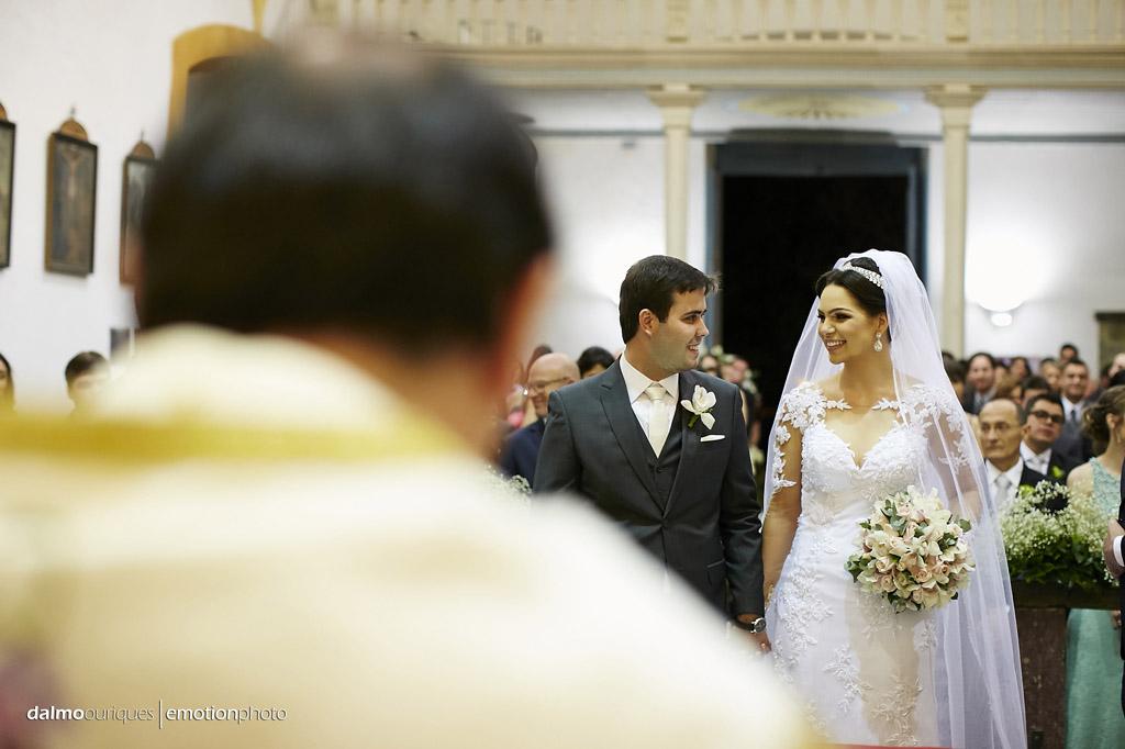 casamento na igreja;  noivos casando; fotos espontâneas; fotógrafo de casamento