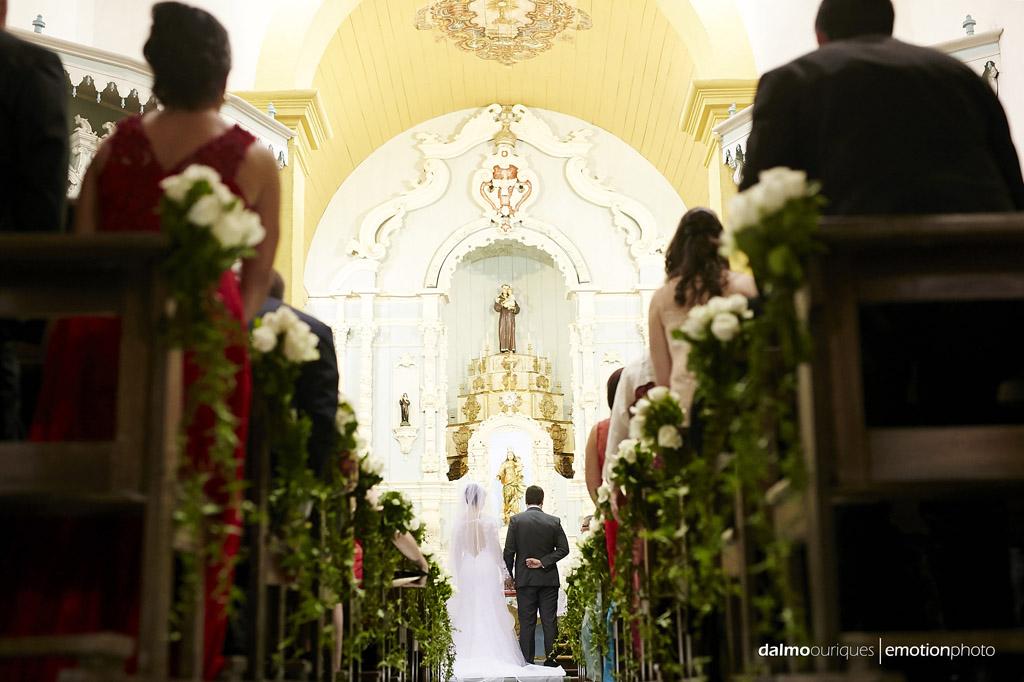 fotos espontâneas; casamento na igreja; fotografia de casamento em Florianópolis
