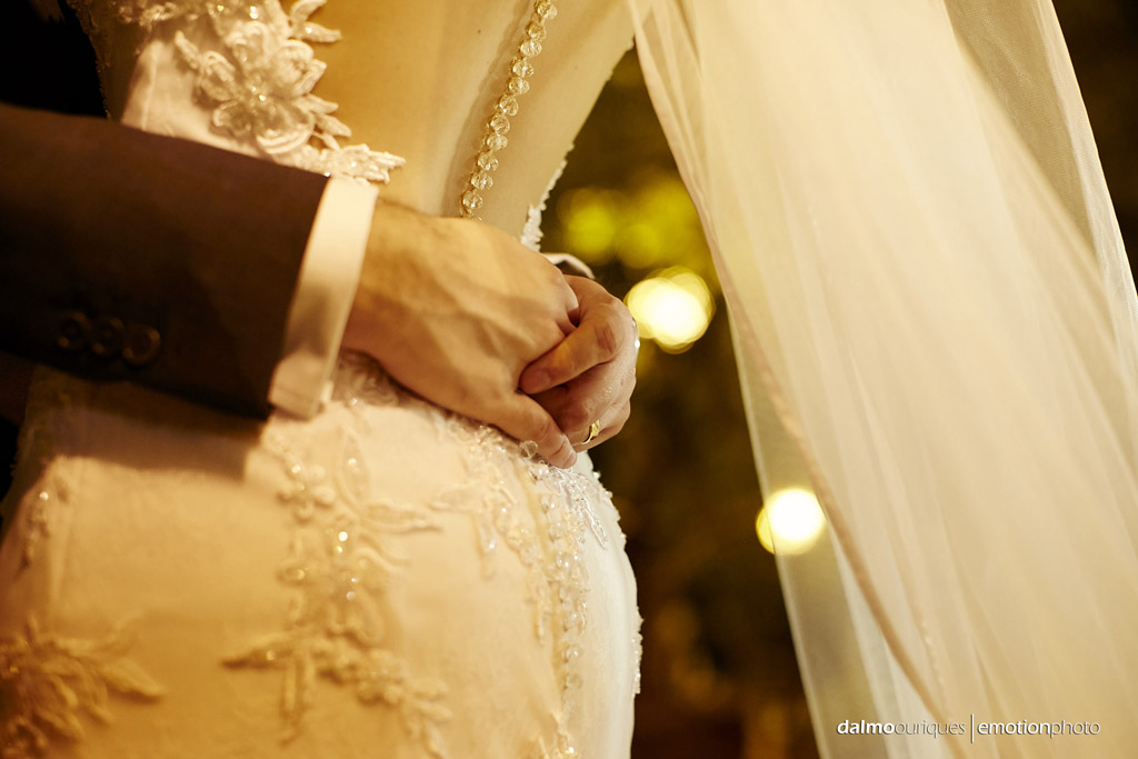 ensaio do casal; fotografando noivos; detalhes do vestido da noiva;  fotógrafo de casamento Florianópolis
