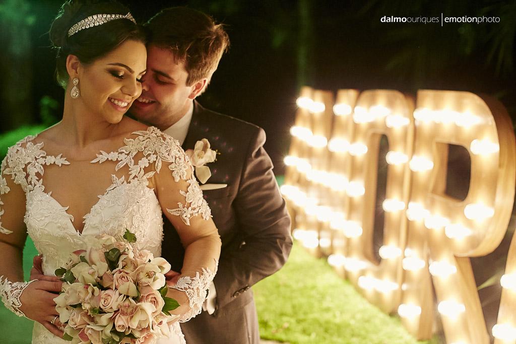 ensaio do casal; fotografando noivos; noivos com letreiro; melhor fotografo de casamento