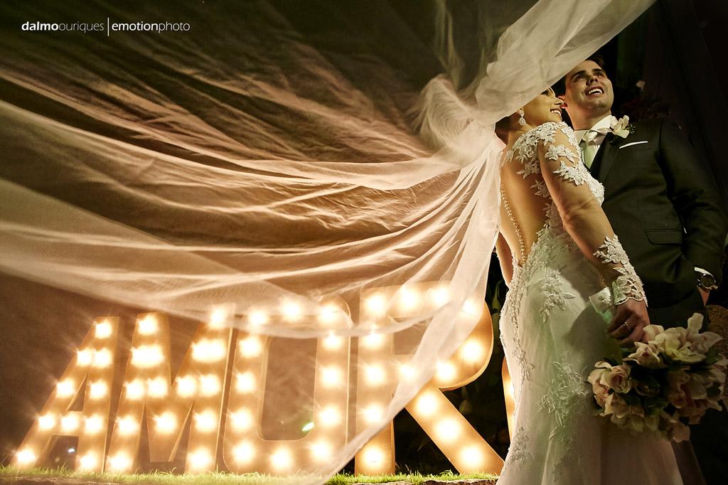 ensaio do casal; fotografando noivos; noivos com letreiro; fotógrafo de casamento