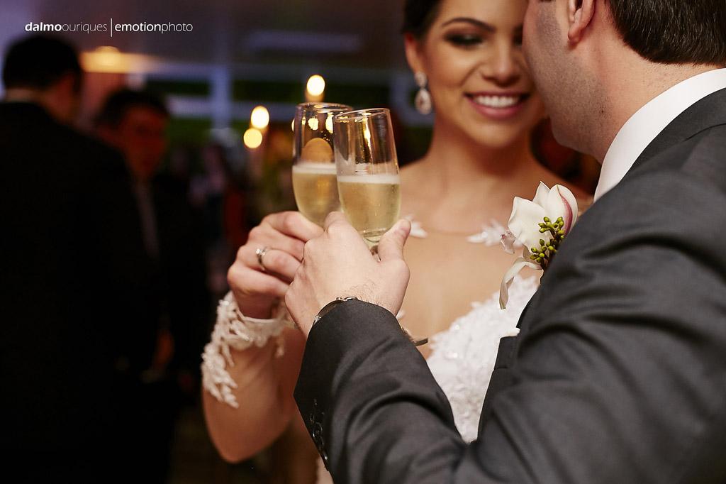 brinde do casal; corte do bolo; beijo dos noivos; brinde dos noivos; fotografia de casamento em Florianópolis
