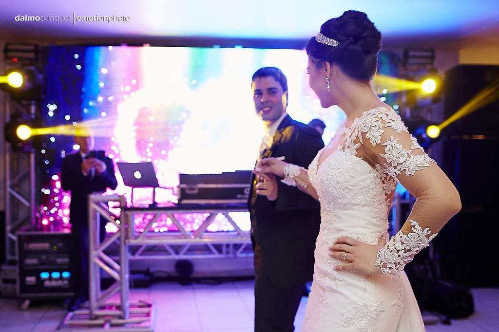 festa do casamento; fotos descontraídas do casamento; dança do casal; noivos dançando; fotografia de casamento em Florianópolis