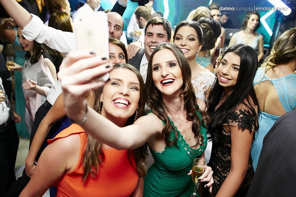 festa do casamento; fotos descontraídas do casamento; dança do casal; noivos dançando;  fotógrafo de casamento Florianópolis