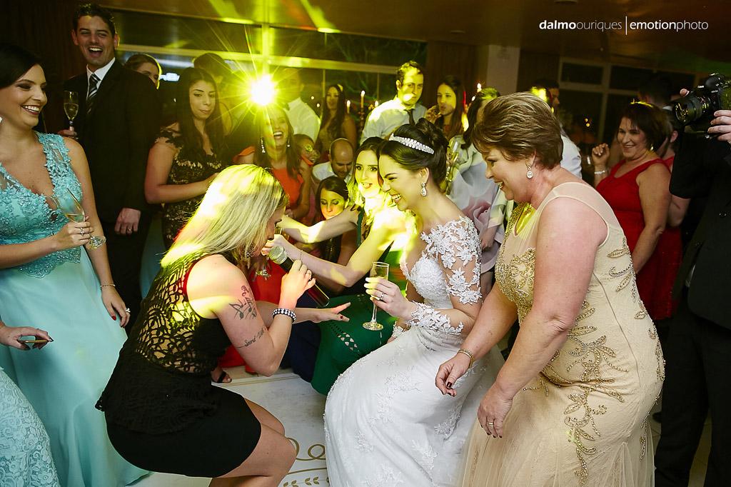 festa do casamento; fotos descontraídas do casamento; dança do casal; noivos dançando; terraço cacupé; melhor fotografo de casamento