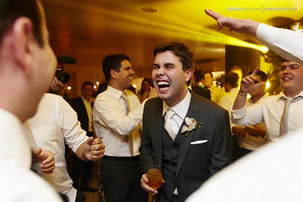 festa do casamento; fotos descontraídas do casamento; dança do casal; noivos dançando; terraço cacupé; fotógrafo de casamento