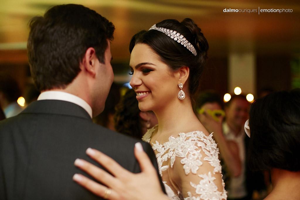festa do casamento; fotos descontraídas do casamento; dança do casal; noivos dançando; terraço cacupé; fotografia de casamento em Florianópolis